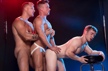 Muscly Studs Butt-Fucking Threesome